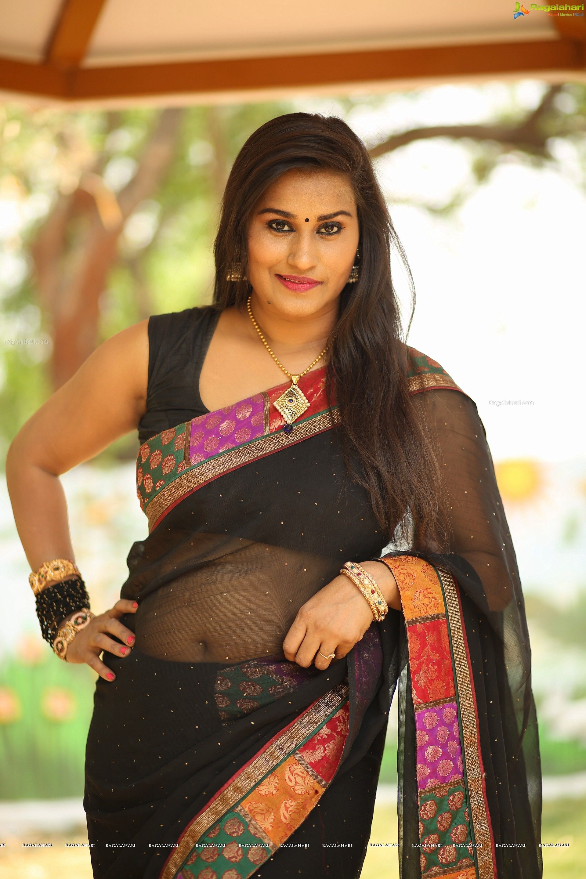 Aunty hot in saree images